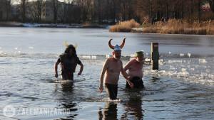 Pessoas tomando banho no lago congelado em Berlim